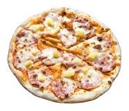 Pizza mit dem Schinken und Ananas lokalisiert lizenzfreies stockbild