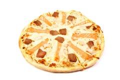 Pizza mit den Lachs- und Lachsfischen auf weißem Hintergrund stockfotos