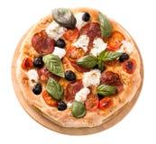 Pizza mit Draufsicht der Salami und des Mozzarellas lokalisiert Lizenzfreie Stockfotografie