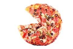 Pizza mit einer Scheibe gelöscht getrennt auf Weiß Lizenzfreie Stockfotografie