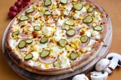 Pizza mit Essiggurken Lizenzfreie Stockbilder