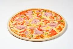 Pizza mit Essiggurken, Käse und Karbonat auf einem weißen Hintergrund Stockfoto