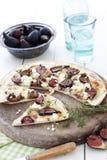 Pizza mit Feigen und Käse Stockfotografie