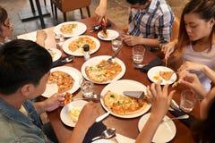 Pizza mit Freunden lizenzfreie stockfotos