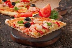 Pizza mit Garnele, Lachsen und Oliven Stockbilder