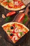 Pizza mit Garnele, Lachsen und Oliven Stockbild