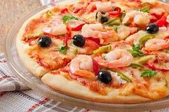 Pizza mit Garnele, Lachsen und Oliven Stockfoto
