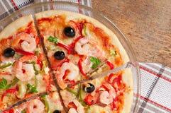 Pizza mit Garnele, Lachsen und Oliven Stockfotos