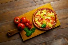 Pizza mit Gemüse stockbild
