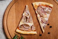 Pizza mit Gemüse stockfotos