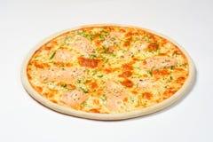 Pizza mit geräuchertem Lachs, Grüns und Mozzarella auf einem weißen Hintergrund Lizenzfreies Stockfoto