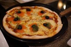 Pizza mit geräuchertem Lachs und Oliven Stockbilder
