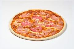 Pizza mit geräucherter Wurst, Wurst und Mozzarella auf einem weißen Hintergrund Stockfotos