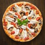 Pizza mit Hühner-, der Tomate und der PilzeDraufsicht Lizenzfreie Stockfotos