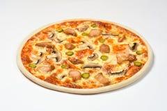 Pizza mit Huhn, Essiggurken und Käse auf einem weißen Hintergrund Lizenzfreies Stockbild