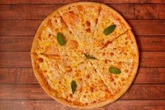 Pizza mit Käse auf dem Brett Stockbild