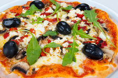 Pizza mit Käse, Pilzen und Oliven Stockfotos