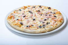 Pizza mit Käse und Oliven und Zwiebelringen stockbild