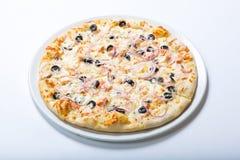 Pizza mit Käse und Oliven und Zwiebelringen stockfotografie