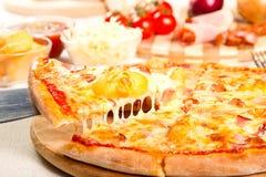 Pizza mit Kartoffeln Stockfoto