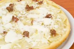 Pizza mit Kartoffeln und Wurst Lizenzfreies Stockbild