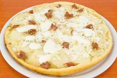 Pizza mit Kartoffeln und Wurst in den Stücken Stockbild