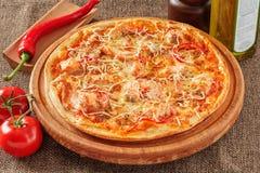 Pizza mit Lachsen Lizenzfreie Stockfotografie