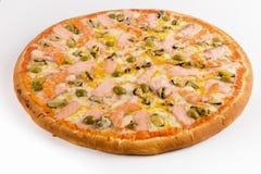Pizza mit Lachsen, Garnelen und Miesmuscheln auf einem weißen Hintergrund lizenzfreie stockbilder