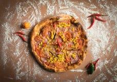 Pizza mit Mais auf Holztisch stockbild