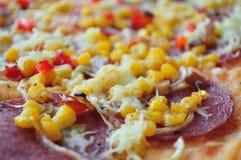 Pizza mit Mais und Salami Stockbilder