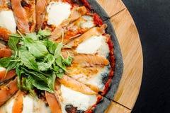 Pizza mit Mozzarella, Salmon Slice und Gemüse Lizenzfreies Stockfoto
