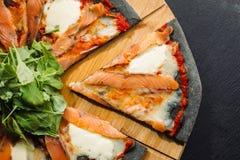 Pizza mit Mozzarella, Salmon Slice und Gemüse Lizenzfreies Stockbild