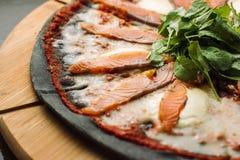 Pizza mit Mozzarella, Salmon Slice und Gemüse Lizenzfreie Stockbilder