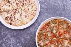 Pizza mit Mozzarellak?se, Oliven, Schinken, Tomatensauce, Wurst, Pfeffer, Gew?rze stockfoto