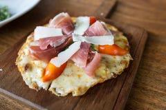 Pizza mit Parmaschinken Stockbild