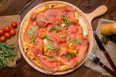 Pizza mit Parmaschinken und Arugula lizenzfreies stockbild