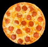Pizza mit Pepperoni, Ausschnittspfad Lizenzfreie Stockbilder