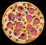 Pizza mit Pepperoni und Oliven, Ausschnittspfad Stockfotos