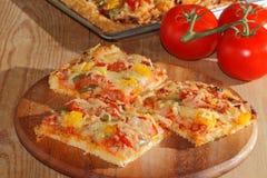 Pizza mit Pfeffern, Tomaten, Schinken, Zwiebel, Käse Lizenzfreie Stockfotografie