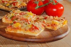 Pizza mit Pfeffern, Tomaten, Schinken, Zwiebel, Käse Stockfotos