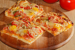 Pizza mit Pfeffern, Tomaten, Schinken, Zwiebel, Käse Stockfoto