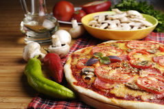 Pizza mit Pilzen Stockfotografie