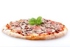 Pizza mit Pilzen und Schinken auf weißem Hintergrund lizenzfreies stockfoto