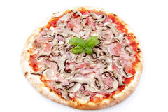Pizza mit Pilzen und Schinken auf weißem Hintergrund stockbilder