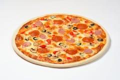 Pizza mit Pilzen, Wurst und Oliven auf einem weißen Hintergrund Stockbild