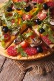 Pizza mit rucola, der Salami und der Oliven vertikaler Draufsicht Stockfotos