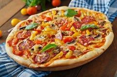 Pizza mit Salami Lizenzfreie Stockbilder