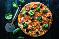 Pizza mit Salami, Stockfoto