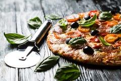 Pizza mit Salami, lizenzfreie stockbilder