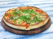Pizza mit Salami und Gemüse Stockfoto
